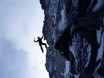 La scalata estrema è la sua adrenalina Media misti Immagini Stock