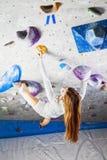 La scalata impressionante della donna dell'interno cerca fotografia stock