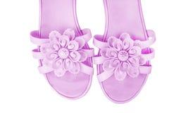 La scarpa della femmina porpora di vista superiore con i modelli di fiori isolati su fondo bianco fotografia stock libera da diritti