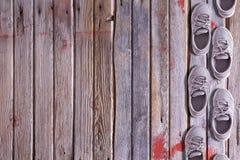 La scarpa rasenta un fondo di legno Immagini Stock Libere da Diritti