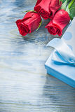 La scatola attuale ha sentito le rose rosse sul conce delle celebrazioni del bordo di legno Immagine Stock Libera da Diritti