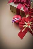 La scatola del presente della bagattella di Natale con il nastro legato si piega Fotografie Stock