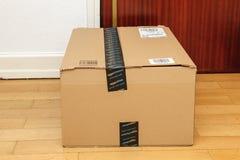 La scatola di Amazon ha andato alla porta con il logotype Immagine Stock Libera da Diritti