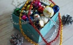 La scatola di carta ha riempito di decorazioni variopinte di Natale, o Immagini Stock