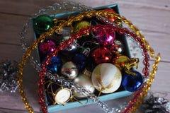 La scatola di carta ha riempito di decorazioni variopinte di Natale, o Fotografie Stock