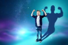 La scelta della professione, il futuro del bambino I sogni del ragazzo di trasformarsi in un forte culturista Professione di conc illustrazione di stock