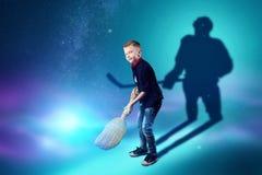 La scelta della professione, il futuro del bambino I sogni del ragazzo di trasformarsi in un giocatore di hockey Concetto della p royalty illustrazione gratis