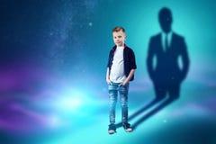 La scelta della professione, il futuro del bambino I sogni del ragazzo di trasformarsi in un uomo d'affari Concetto della profess royalty illustrazione gratis