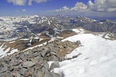 La scena alpina con neve ha ricoperto le montagne in parco nazionale di Yosemite Immagine Stock