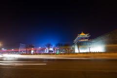 La scena antica e la coda di notte della parete della città si accendono Fotografia Stock