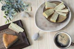"""La scena asiatica della tavola con il multi dolce stratificato ha chiamato """"il legit di lapislazzuli """"o """"lo spekkoek """"dall'Indone immagini stock"""