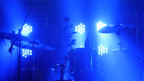 La scena con la batteria ed i bei proiettori nei colori blu Immagini Stock
