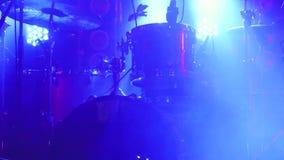 La scena con la batteria ed i bei proiettori nei colori blu Fotografia Stock