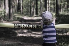 La scena del crimine non attraversa Ragazzino nella foresta Fotografie Stock Libere da Diritti