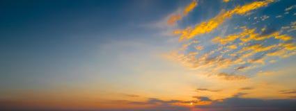 La scena del tramonto con la caduta del sole ed il raggio si accendono, nuvole nel fondo, cielo variopinto caldo Fotografia Stock Libera da Diritti