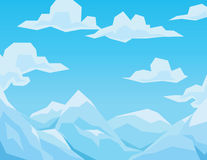 La scena dell'inverno con le montagne abbellisce, cielo blu e nuvole Immagini Stock Libere da Diritti