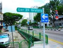 La scena della via e firma dentro Singapore Fotografia Stock