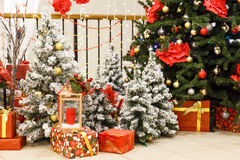 La scena di Natale con l'albero ha decorato i giocattoli Fotografie Stock