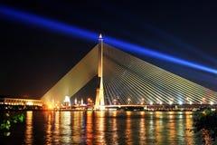 La scena di notte al ponte di Praram 8 è una della scena superiore di notte in Tailandia fotografie stock libere da diritti