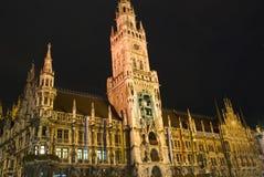 La scena di notte del municipio al Marienplatz Fotografia Stock Libera da Diritti