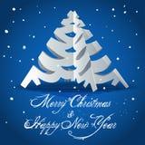 La scheda con l'albero di Natale ha tagliato da documento Fotografia Stock