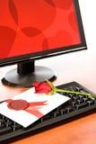 La scheda del biglietto di S. Valentino con è aumentato sulla tastiera Immagini Stock