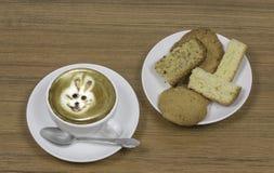 LA SCHIUMA ART BUNNY AFFRONTA IL CAFFÈ IN UNA TAZZA Fotografia Stock