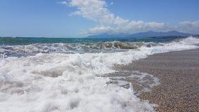 La schiuma dell'estate del mare ondeggia in Prevesa Grecia Immagini Stock Libere da Diritti