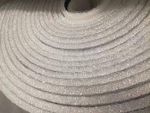 La schiuma di isolamento dell'isolamento del polietilene con il di alluminio dentro arriva a fiumi il deposito fotografia stock libera da diritti