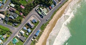 La schiumatura ondeggia sulla spiaggia della città con le strade principali Shevelev archivi video