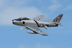 La sciabola F-86 spiega il freno aerodinamico nel passaggio lento Fotografia Stock Libera da Diritti