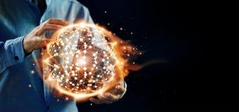 La science abstraite Les mains tiennent le réseau global de structure de cercle chaud images libres de droits