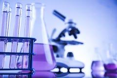 La science de chimie, fond de verrerie de laboratoire images libres de droits