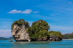 La scogliera della roccia del calcare nella baia di Krabi, la baia di Ao Nang, Railei e Tonsai tirano la Tailandia in secco fotografia stock libera da diritti