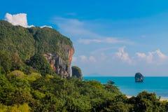 La scogliera della roccia del calcare nella baia di Krabi, la baia di Ao Nang, Railei e Tonsai tirano la Tailandia in secco immagini stock