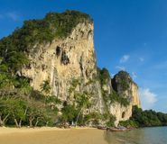 La scogliera della roccia del calcare nella baia di Krabi, la baia di Ao Nang, Railei e Tonsai tirano la Tailandia in secco fotografia stock