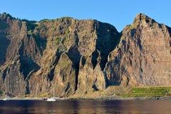 La scogliera di Cabo Girao veduta dalla spiaggia Fotografia Stock Libera da Diritti