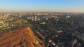 La scogliera divide la città in due metà Vista dell'occhio del ` s dell'uccello archivi video