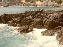 La scogliera e le onde che si schiantano su nei mari di Genova Fotografia Stock Libera da Diritti