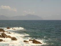 La scogliera e le onde che si schiantano su nei mari di Genova Fotografie Stock Libere da Diritti