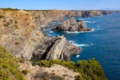 La scogliera stupefacente oscilla sulla costa ovest del Portogallo nella regione dell'Alentejo fotografie stock libere da diritti