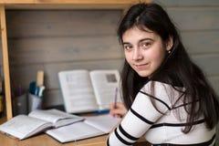 La scolara della ragazza fa il suo compito, ritratto Fotografia Stock Libera da Diritti