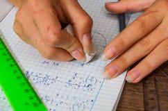La scolara risolve il problema di matematica Fotografia Stock