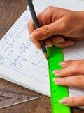 La scolara risolve il problema di matematica Fotografie Stock Libere da Diritti