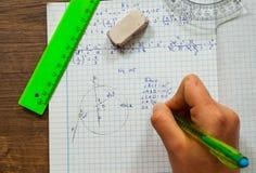 La scolara risolve il problema di matematica Immagini Stock Libere da Diritti