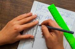 La scolara risolve il problema di matematica Fotografia Stock Libera da Diritti