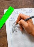 La scolara risolve il problema di matematica Immagine Stock Libera da Diritti