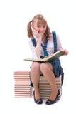 La scolara sta leggendo. Fotografia Stock