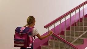 La scolara va di sopra casa della scuola della scala Di nuovo al banco Vada a casa Salga la stanza di classe Ragazza rosa della p archivi video