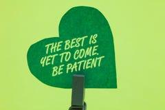 La scrittura concettuale della mano che mostra il meglio deve ancora venire Sia paziente Montrare della foto di affari non perde  immagini stock